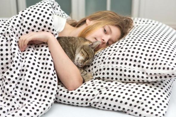 nastoletni-dziewczyny-uściśnięcia-kot-w-łóżku-81643178